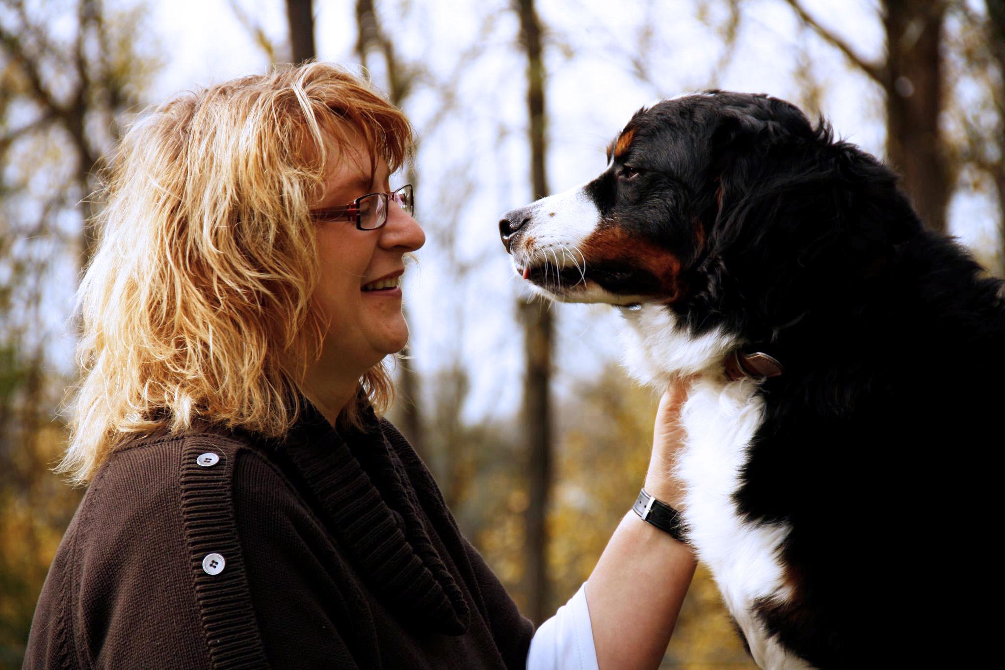 Astrid Gebhard mit ihrem Hund Sammy